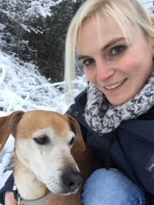 Frauchen mit Hund im Schnee