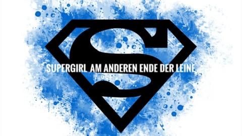 SuperGirl am anderen Ende der Leine