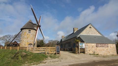 Kleiner Spaziergang an der Moulin à Vent in Fierville-Les-Mines auf dem Cotentin