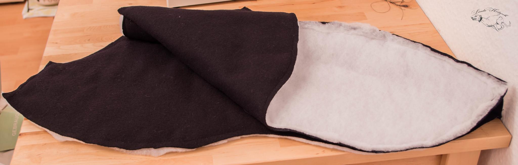 """Der schwarze Walkloden wird später an Alistairs Körper sein, das Volumenflies als """"Thermoschicht"""" zwischen Walkloden und Softshell."""