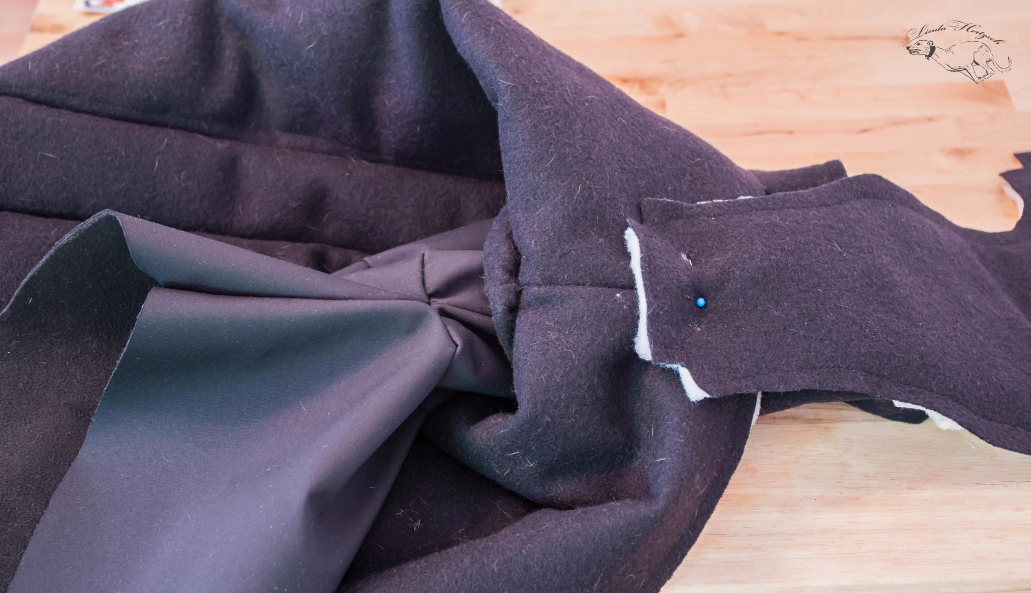 Hier habe ich den Bauclatz mit einer Nadel an der Stelle am Mantel angeheftet, an der er später sitzen soll. Punkte für die Knöpfe markieren und dann den Hammer schwingen. Mein Freund hat mich gefragt, ob ich spät abends noch Schnitzel mache *lach*