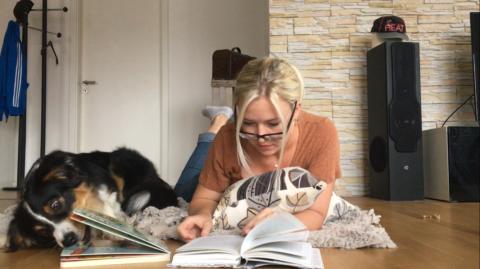"Hundetrick – ""Buch lesen"""